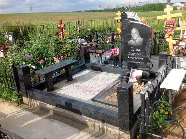скамейки из гранита у могилы