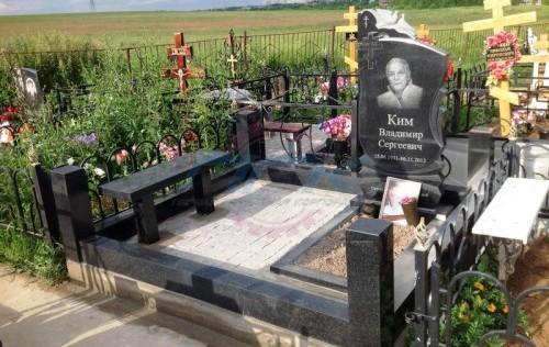 Пример памятника с плащаницей